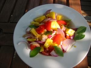 Ananassalat mit Tomaten und Zwiebeln