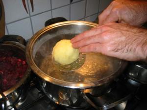 die Knödel kommen in kochendes Salzwasser