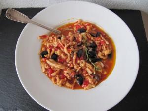 Kutteln Nizza mit schwarzen Oliven und Tomaten
